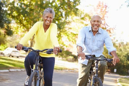 senioren fietsend